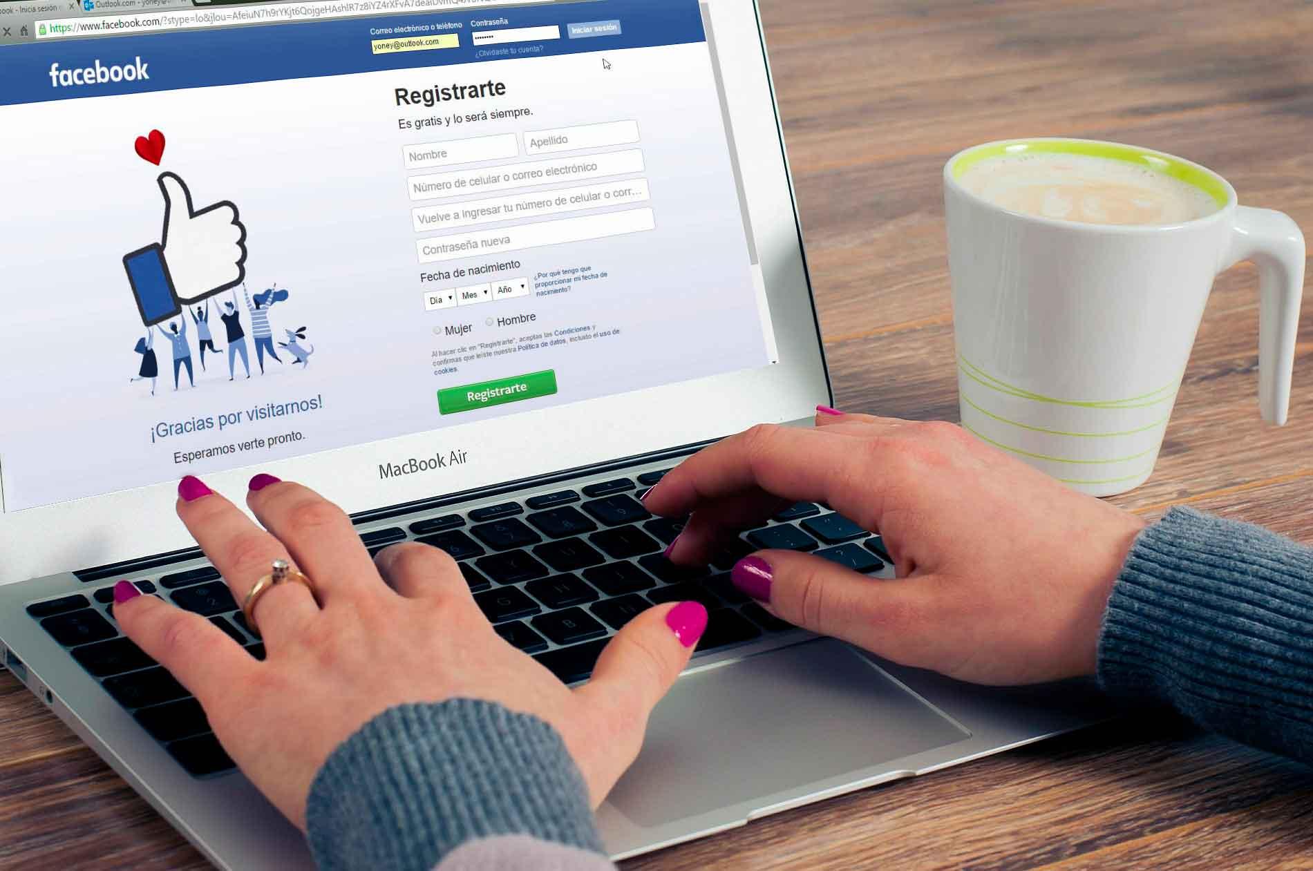 Persona entrando en Facebook